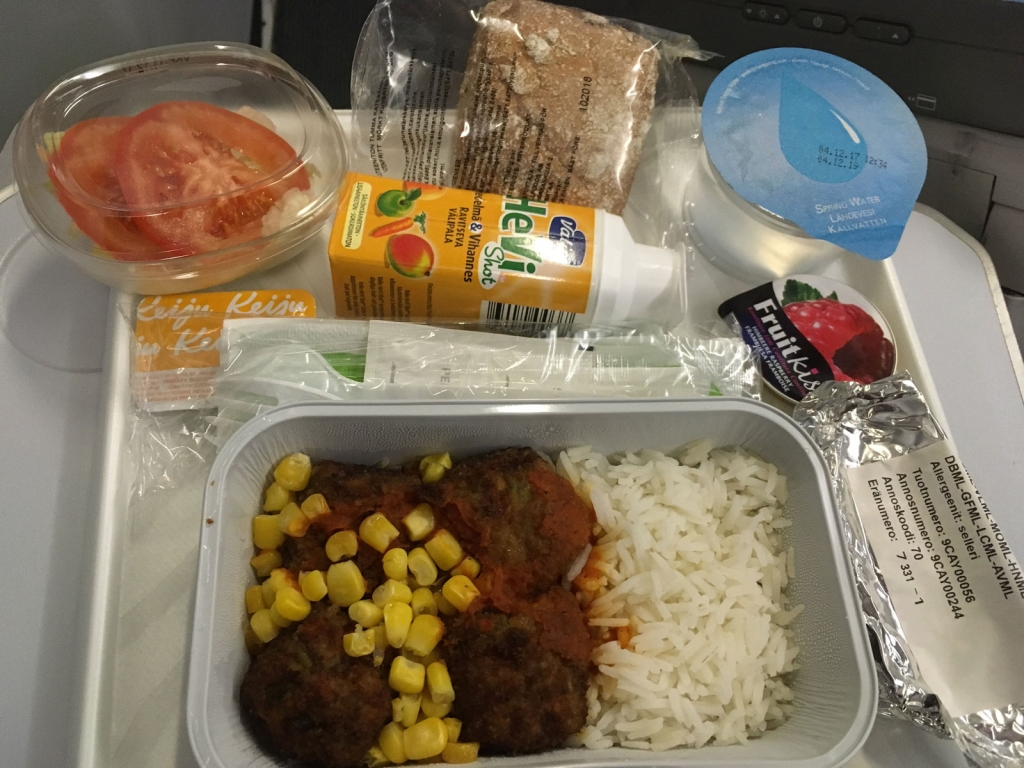 Finnair vegan meal: sweetcorn, rice and salad, and fruit smoothie