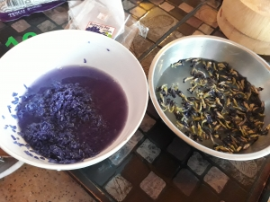 Two bowls of sticky rice before and after a 8-hour soak to soften and infuse a blue colour